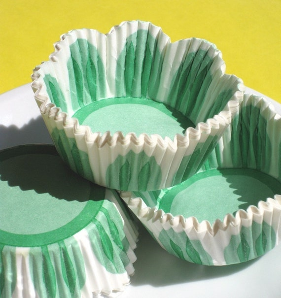 Green Tulip Cupcake Liners, Scallop Edge Baking Cups (50)