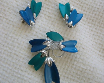 Vintage Lisner Thermoset Brooch & Matching Clip on Earrings.  Hollywood glamour. Blue Green and Silver.
