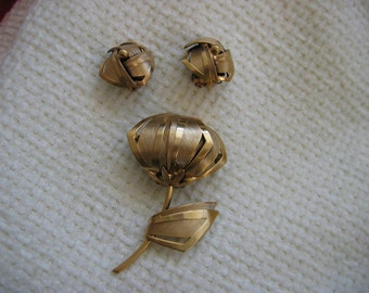 Vintage Tortolani Brooch & Matching Clip on Earrings.  Hollywood glamour. Goldtone.