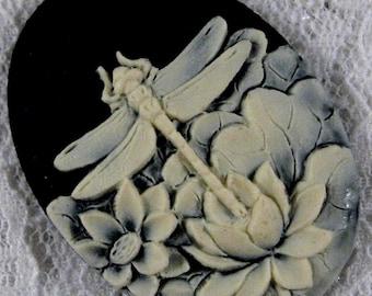 40x30mm Cameo - Ivory/Black - Dragonfly - 1 pcs : sku 05.06.12.1 - Q6