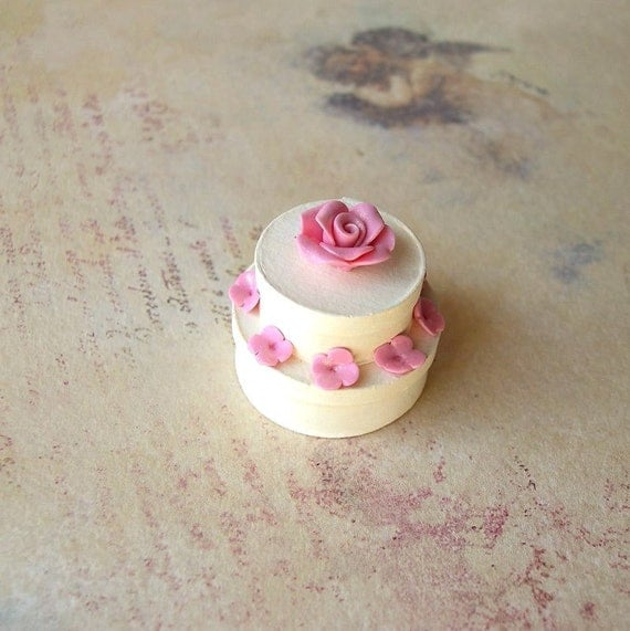 Cake shaped box with pink flowers in 1/12 scale