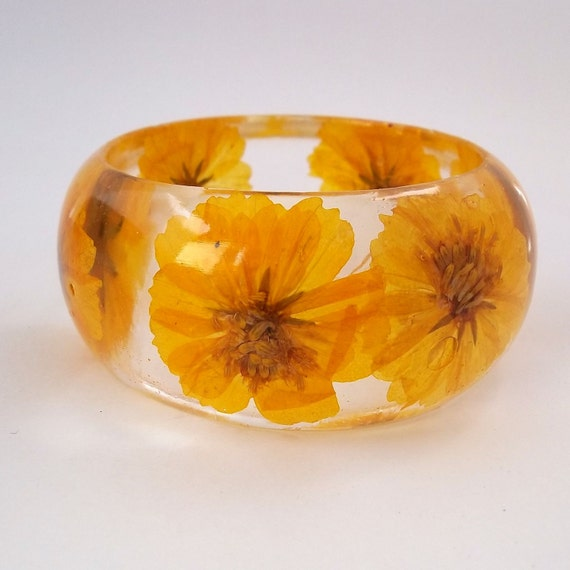 Yellow Resin Bangle. Chunky Resin  Bracelet. Pressed Flower Bracelet. Real Flowers - Yellow Cosmos. Personalized Bridesmaid Gift. Engraved