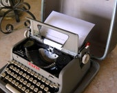 1960s ROYAL QUITE DE LUXE TYPEWRITER with hard case