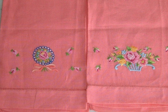 vintage EMBROIDERED LINEN NAPKINS (4 pcs floral pattern)