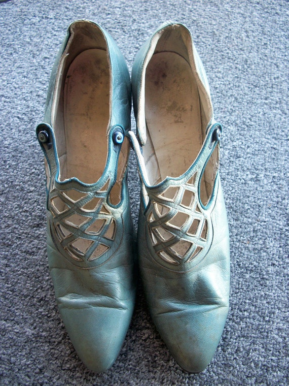 1920's Leather flapper turquoise blue shoes with Louis heel and webbed detail