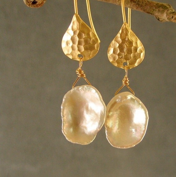 KEISHI PEARLS and HAMMERED GOLD EARRINGS (870-443)