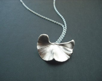 Elegant gingko leaf Pendant necklace - white gold plated