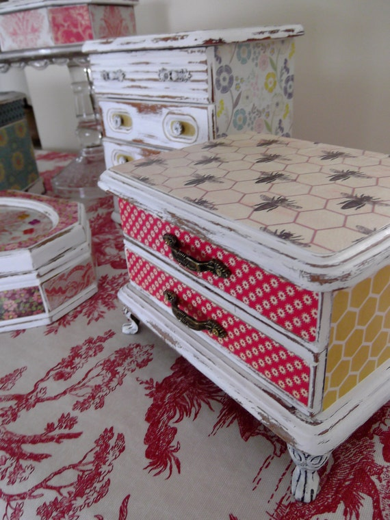 """Jewelry box in Bee Keeper motif part of the """" Summer Breeze Collection"""""""