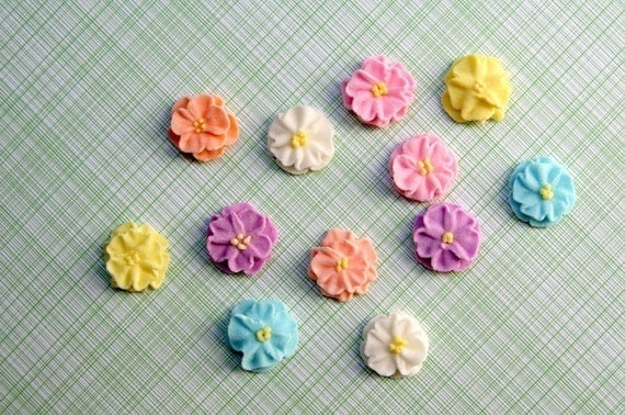 Cupcake Decorating Ideas With Royal Icing : Small Royal Icing Daisies to Decorate Cupcakes or Cakes 24