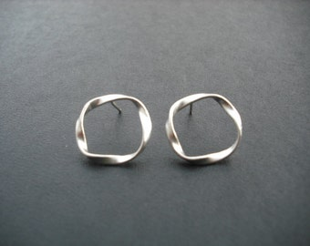 twisted circle stud earrings - matte white gold plated