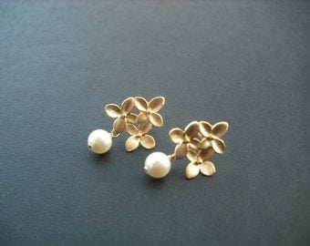 matte yellow gold cute little bouquet with pearl - post earrings