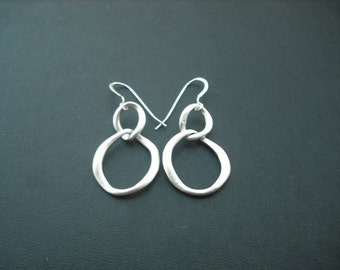 double curb link earrings - matte white gold plated