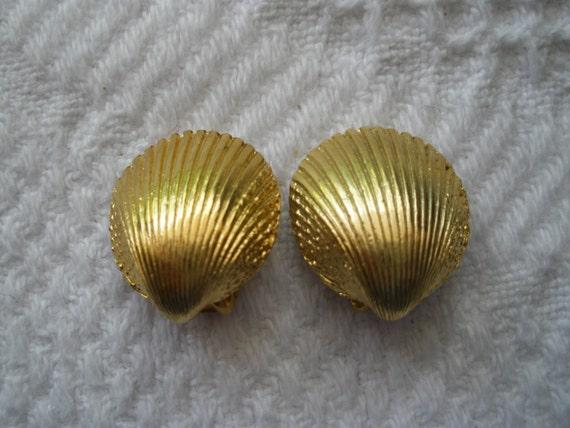 Vintage Gold Tone Seashell Clip Earrings Costume Jewelry