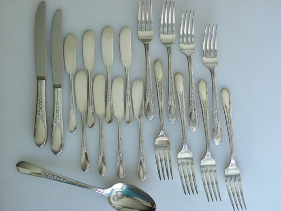 Vintage 1941 Priscilla Silverware -- AKA Lady Ann by Wm Rogers Silverplate Set of 19 pieces