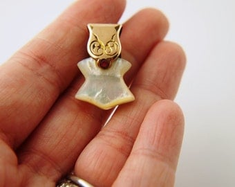 SALE: Mother of Pearl Pendant - Vintage