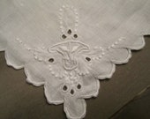 vintage HANKIE scalloped w embroidered corner FLOWER BASKET