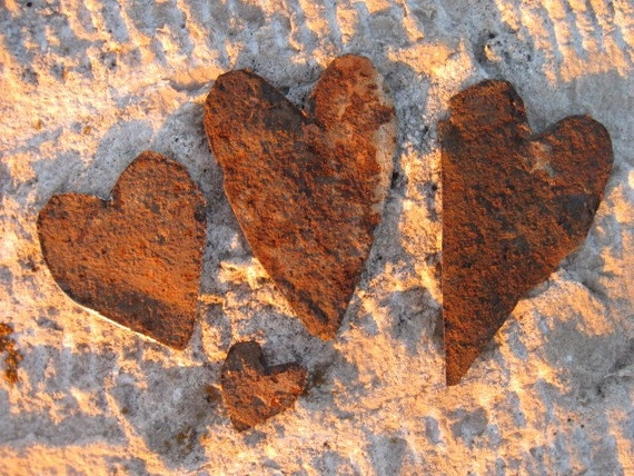 4 rusted tin hearts (H006)