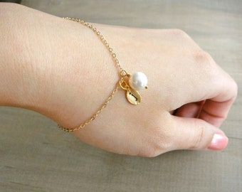 Personalized Simple White Round Pearl Bracelet in Gold - Wedding, Bride, Bridal, Bridesmaid, Mother's Day