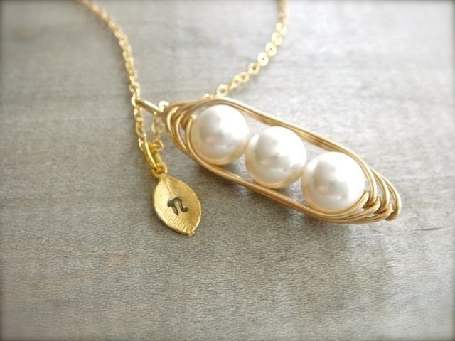 3 peas in a pod necklace in gold with personalized sted