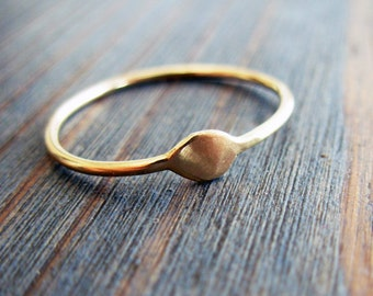 Gold Delight. Simple and Sophisticate 14K Thin Gold Ring. Organic Piece. Fine Jewelry. Hand Made Recycled Gold Ring. Dainty Promise Ring.