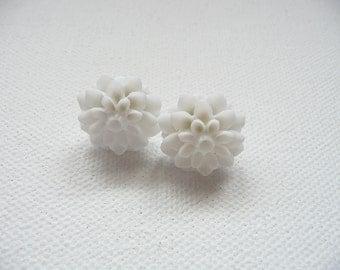 ns-White Resin Mum Stud Earrings