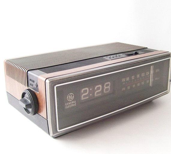 vintage flip clock alarm clock radio ge am fm by recyclebuyvintage. Black Bedroom Furniture Sets. Home Design Ideas