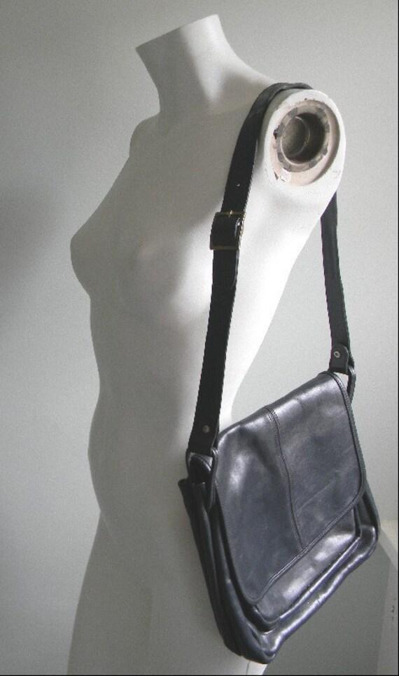 vintage. 70s Classic Navy Blue Shoulder Bag