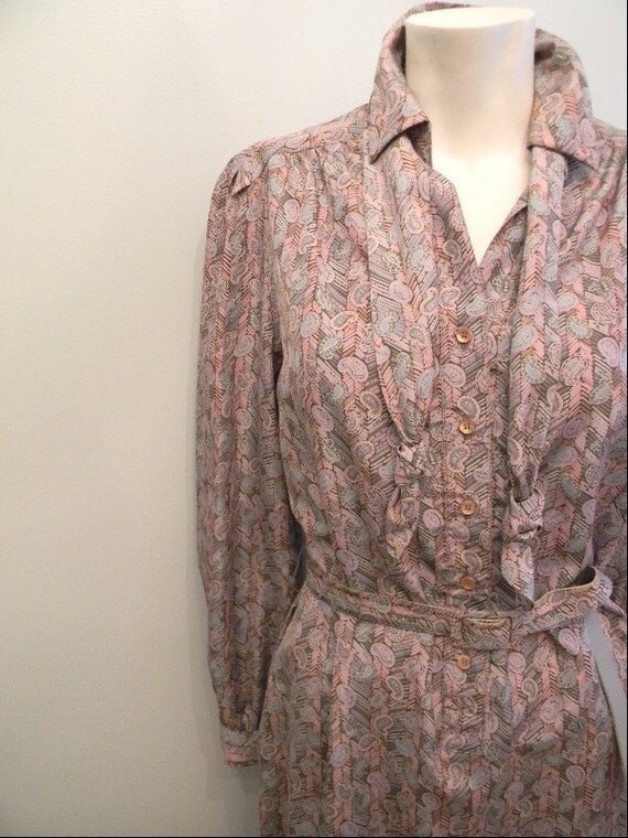vintage. 70s Gray and Pink Paisley Dress