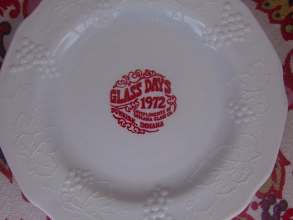 Souvenir Glass Days 1972 Milk Glass Harvest Grapes Plate by Indiana Glass