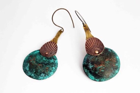 Gouttes de métal boucles d'oreille - patine bleue sur cuivre et bronze - variation 1