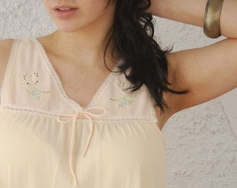 Vintage 1970s Embroidered Floral Garden Shift Nightie - sz Small