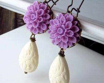 Lavender Flower Earrings, Violet and Vanilla Drop Earrings, Vintage Style, Wire Wrapped, Lilac Teardrop Earrings, Light Purple Flower