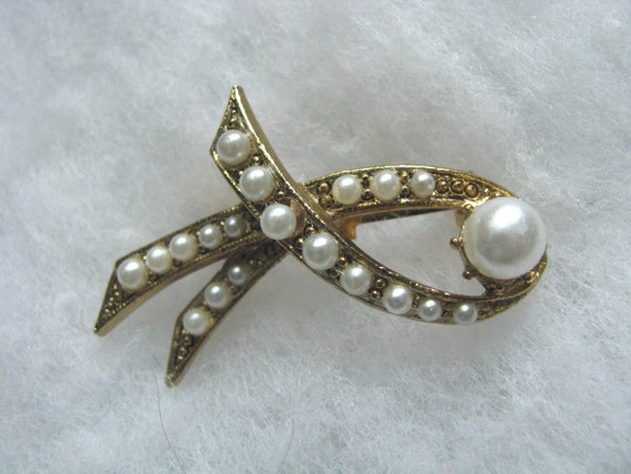 Gold tone brooch pin stylized bow shape with faux pearls less than perfect