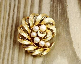 Vintage signed Lisner brushed gold leaf brooch with pearls