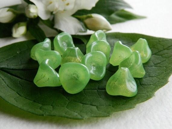 Flower Beads Czech Glass 3-Petal Trumpet Flower Beads Large 12x10mm Cloudy Apple Green (12pcs)
