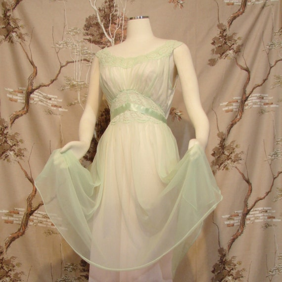Negligee - Vanity Fair - Circa 1950's - So GRACE KELLY - Size Small to Medium