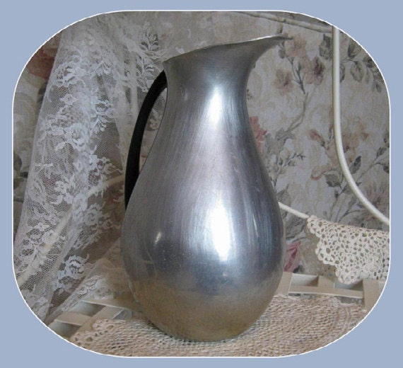 Vintage Water Pitcher Vase Collectible - 67.7KB