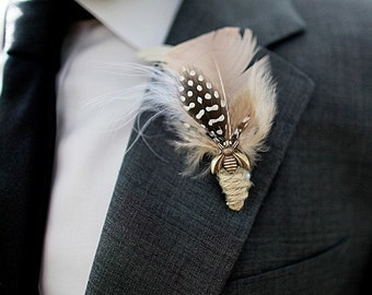 SAUNORIS FEATHER BOUTONNIERE in blush with antique brass bee