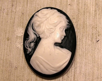 whole shop now with prices 50% off - 10 pcs - Vintage Resin Jet Black and Ivory Lady Cameo - 22 x 30mm