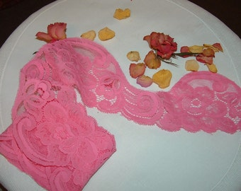 Large Scalloped Lace in Pink