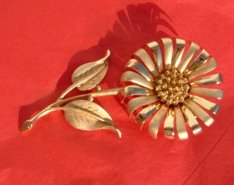 Vintage HEDY Floral Pin/Brooch in Gold tone