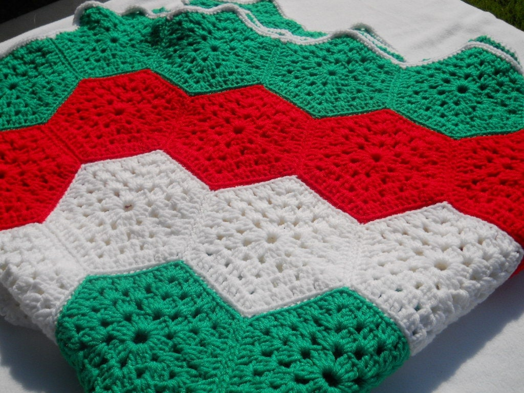 Christmas Tree Skirt Knitting Pattern : Christmas Colors Crocheted Tree Skirt