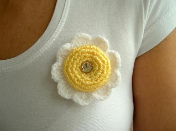 SALE % 25 off, Hand Crochet Daisy Brooch in White Yellow