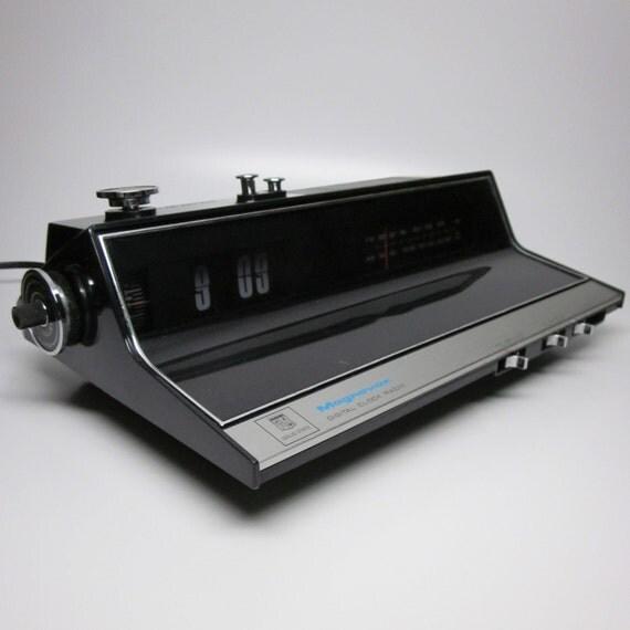 70s Magnavox Flip Clock Radio 1r1736