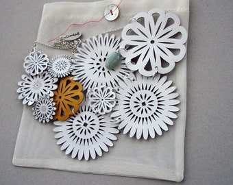 White Spring Flower Collar with a Yellow Daisy