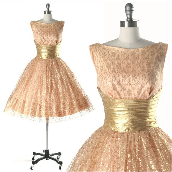 Vintage 1950s Dress . Gold Lace . White Tulle . Metallic . Lurex . Full Skirt . Shirred . Peach .  Bow . Sleeveless . XS/S . 1656