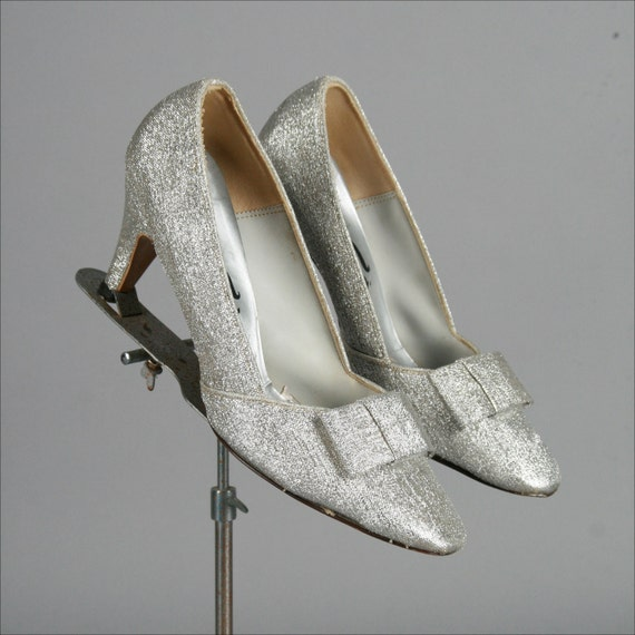 Vintage 1960s Silver Metallic Bow Shoes . Size 8 . 1893