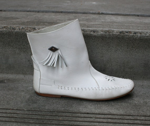 White MOCCASIN BOOTIES with FRINGE & Cut Outs - sz 7.5-8