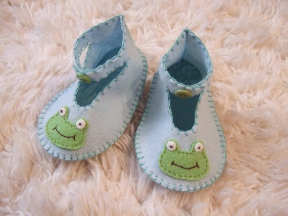 Baby Blue Booties with Happy Frog Appliques - Felt Baby Shoes - Can Be Personalized
