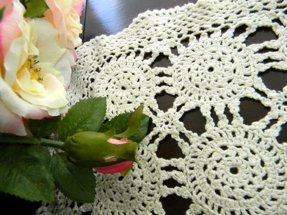 Vintage Wagon Wheel Crochet Placemat or Centerpiece in Off White 7690
